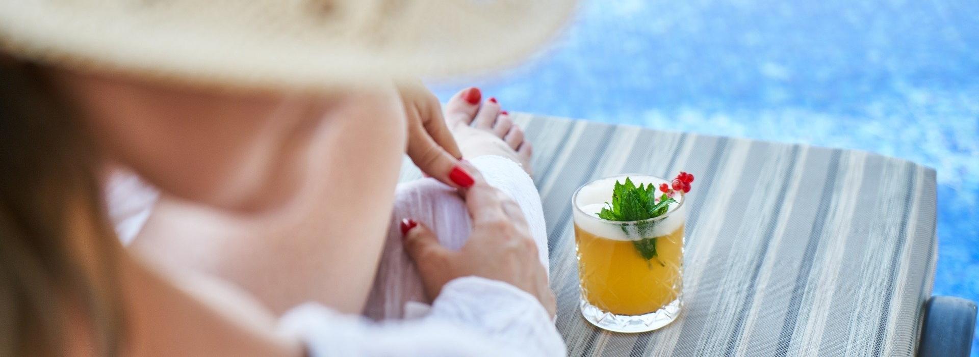 Žena relaxuje se skleničkou